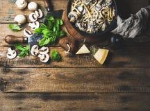 Spaghetti crémeux faits maison de pâtes de champignon avec le parmesan et le basilic Photo stock