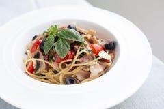 Spaghetti croccanti del bacon con le spezie fotografie stock libere da diritti