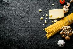Spaghetti crus avec le parmesan photos stock