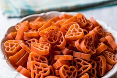 Spaghetti crus en forme de coeur dans la cuvette en céramique Photographie stock libre de droits