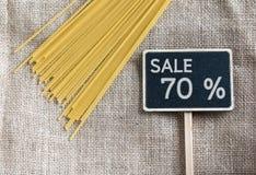 Spaghetti crus et vente dessin de 70 pour cent sur le tableau noir Image libre de droits