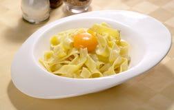 Spaghetti cucinati con l'uovo Fotografie Stock