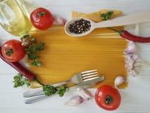 Spaghetti czosnku pieprz, olej, tradycyjny, rozwidlenie na białym drewnianym tle Fotografia Royalty Free