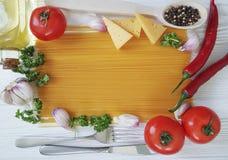 Spaghetti czosnku ramowy pieprz, menu olej, przepis tradycyjny, rozwidlenie na białym drewnianym tle Obrazy Stock