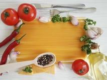 Spaghetti czosnku ramowy pieprz, olej, przepis tradycyjny, rozwidlenie na białym drewnianym tle Zdjęcia Royalty Free