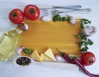 Spaghetti czosnku ramowy pieprz, włoski menu olej, przepis tradycyjny, rozwidlenie na białym drewnianym tle Zdjęcie Stock