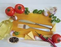 Spaghetti czosnku ramowy pieprz, włoski restauracyjny menu olej, przepis tradycyjny, rozwidlenie na białym drewnianym tle Zdjęcie Stock