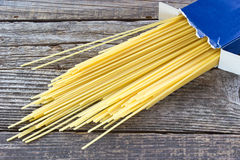 Spaghetti dans la boîte en carton image stock
