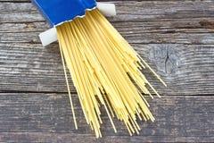 Spaghetti dans la boîte en carton photographie stock libre de droits