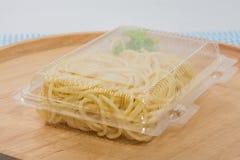 Spaghetti dans la boîte en plastique photographie stock