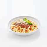 Spaghetti dans la table blanche réfléchie Image stock