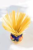 Spaghetti dans une cruche photo stock