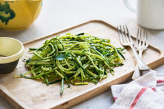 Spaghetti de courgette en sauce à pesto photos stock