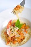 Spaghetti de crevette avec la sauce tomate sur une fourchette Photos stock
