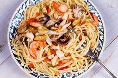 Spaghetti de fruits de mer et de tomate Vue d'en haut, tir supérieur de studio Photo stock