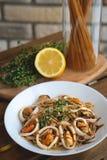 Spaghetti de fruits de mer Pâtes avec le calmar et les moules photographie stock libre de droits