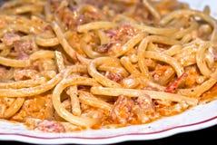 Spaghetti de pâtes avec de la crème et le lard. Images libres de droits