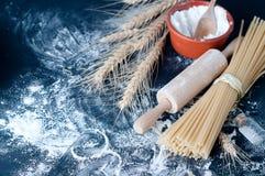 Spaghetti de pâtes avec de la farine Images stock