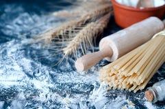 Spaghetti de pâtes avec de la farine Photos stock