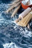 Spaghetti de pâtes avec de la farine Image stock