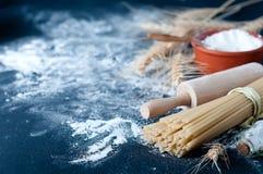 Spaghetti de pâtes avec de la farine Photo stock