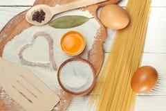 Spaghetti de pâtes avec de la farine, oeuf sur le fond en bois rustique Photos stock