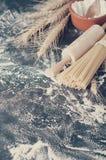 Spaghetti de pâtes avec de la farine Photo modifiée la tonalité Images libres de droits