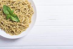 Spaghetti de pâtes avec le pesto de sauce photographie stock