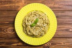 Spaghetti de pâtes avec le pesto de sauce photos libres de droits
