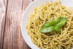 Spaghetti de pâtes avec le pesto de sauce images libres de droits