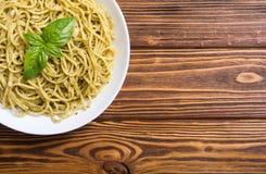 Spaghetti de pâtes avec le pesto de sauce photo libre de droits