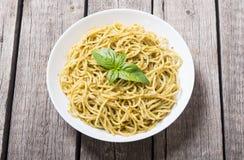 Spaghetti de pâtes avec le pesto de sauce photos stock
