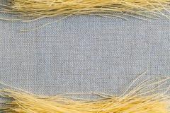 Spaghetti de pâtes de Bavette sur un tissu de toile de jute avec un fond foncé photo stock