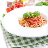 Spaghetti de pâtes de tomate avec les tomates fraîches, le basilic, les herbes italiennes et l'huile d'olive dans une cuvette bla Photo libre de droits