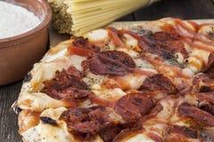 Spaghetti de pizza et farine, grande composition Photographie stock libre de droits