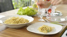 Spaghetti de portion banque de vidéos