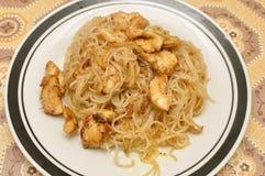 Spaghetti de riz avec le poulet images libres de droits