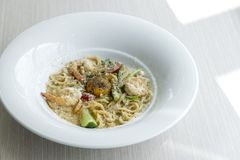 Spaghetti/Deegwaren Carbonara met witte kaas eigengemaakte romige sa stock foto