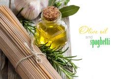 Spaghetti del grano intero, aglio, petrolio del oilve ed erbe Fotografia Stock Libera da Diritti