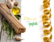 Spaghetti del grano intero, aglio, petrolio del oilve ed erbe Immagini Stock Libere da Diritti