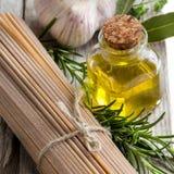 Spaghetti del grano intero, aglio, petrolio del oilve ed erbe Fotografie Stock
