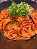Spaghetti del pomodoro con il rotolo ed i funghi dell'occhio del mandrino fotografia stock