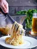 Spaghetti della pasta con aglio ed il peperoncino rosso Fotografie Stock Libere da Diritti