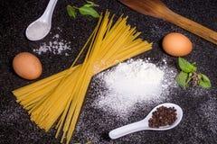 Spaghetti della pasta con basilico e le spezie Fotografia Stock