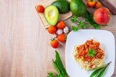 Spaghetti della pasta con le polpette ed il ketchup sulla tavola fotografia stock