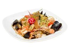 Spaghetti della pasta dei frutti di mare con le vongole, gamberetti, cappasante americane sul piatto bianco su fondo bianco Fotografia Stock Libera da Diritti