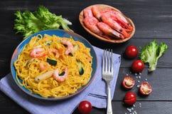 Spaghetti della pasta di Tagliolini con i gamberetti e le verdure Fotografia Stock