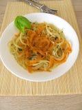 Spaghetti di verdure dalle carote e spaghetti in brodo Immagini Stock