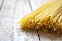 Spaghetti die op de houten lichte achtergrond leggen stock foto