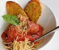 Spaghetti e polpette italiani con pane tostato fotografia stock libera da diritti
